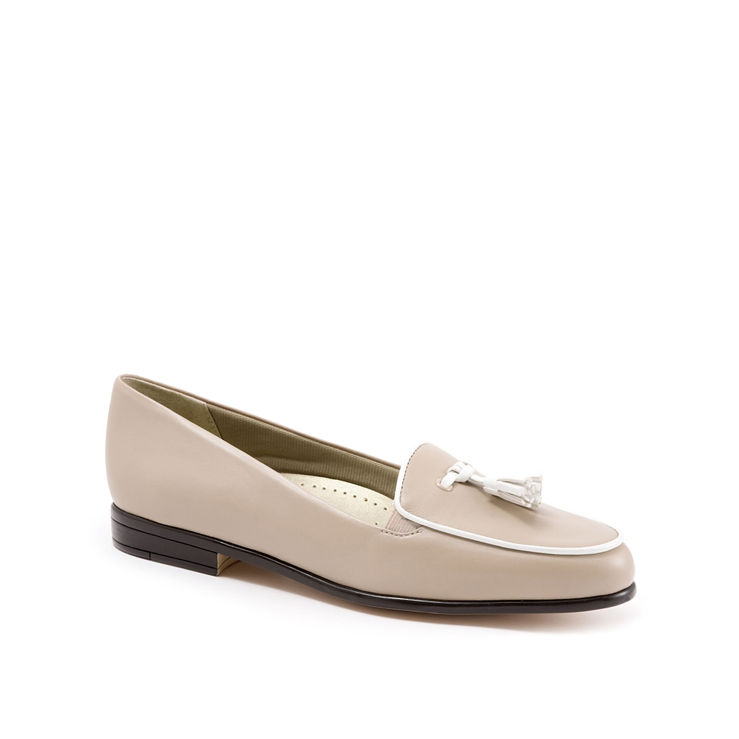 Go for classic sophistication with the Leana loafer from Trotters. With a chic tassel detail and round moccasin inspired toe, this slip-on is a timeless piece for your tailored look.