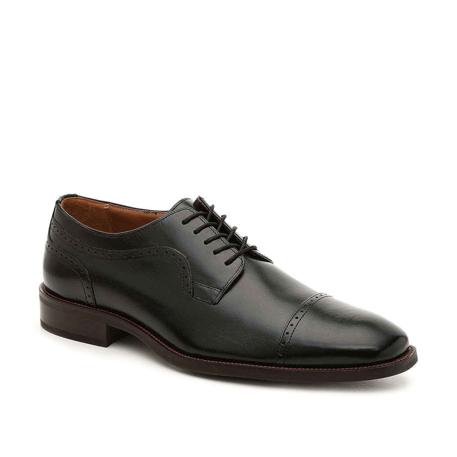 The Everett oxford from Johnston & Murphy is the perfect finishing touch to a day at the office or a night on the town. These leather cap toes feature classic brogue detailing and are finished with a square toe for modern flair.