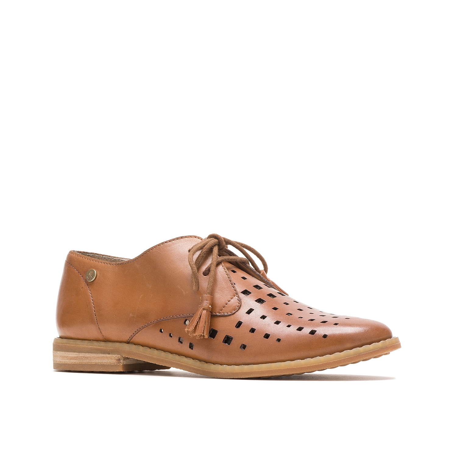 Pull off a modern look with the Chardon oxford from Hush Puppies. Geometric perforations and tassel accents upgrade these charming dress shoes that lend a distinct twist to menswear-inspired style.