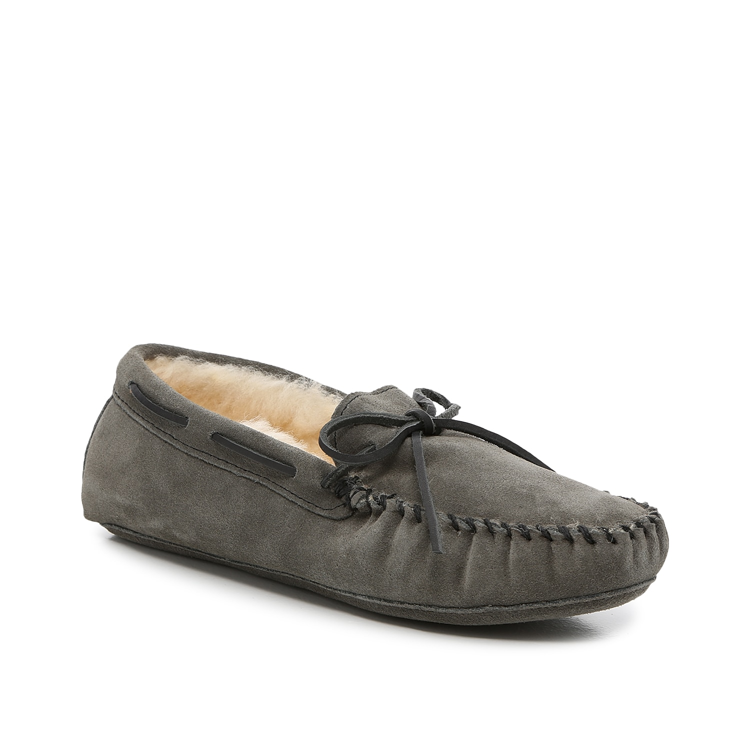 Take your cozy style to the next level with the Sheepskin Softsole moccasin slipper from Minnetonka. This pair features a soft shearling lining to keep toes toasty.